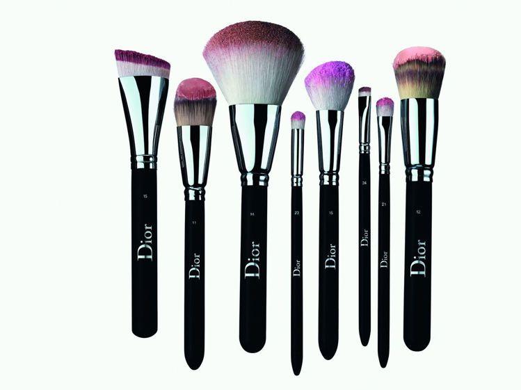 迪奧專業後台刷具,包括 7款臉部刷具、5款眼妝刷具,以及1款唇刷,單價1,100...