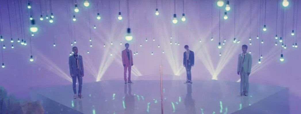 SHINee新歌MV為鐘鉉留下中間的麥克風位。圖/截圖自youtube