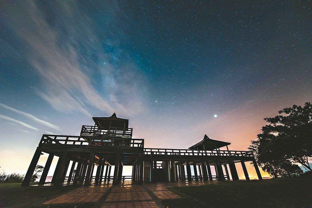 圖為鹿野高台的觀景涼亭夜景。 圖/台東縣政府提供