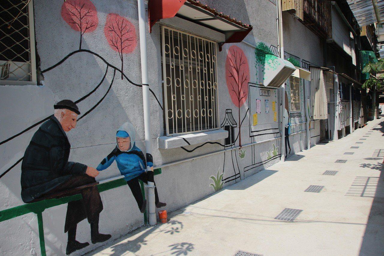 新北市推汙水下水道接管,民眾拆除後巷違建,變寬也不髒臭,還種起了花草、彩繪塗鴉,...