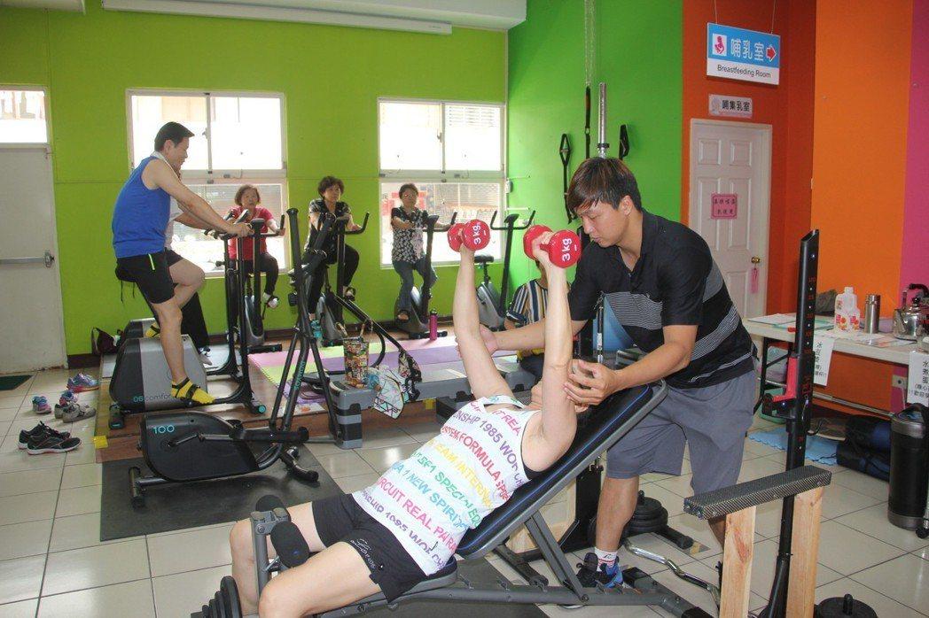 健身房專業教練指導民眾如何做運動,訓練肌力、長肌肉。 圖/聯合報系資料照片