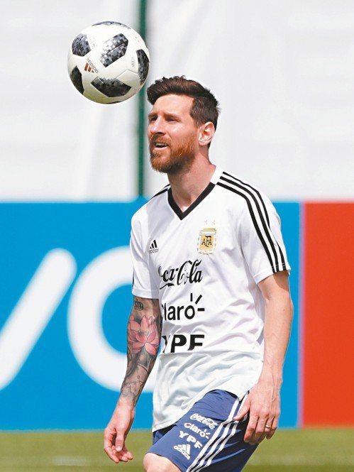 阿根廷梅西練球,分組賽最後一戰,球隊有非勝不可的壓力。 (美聯社)