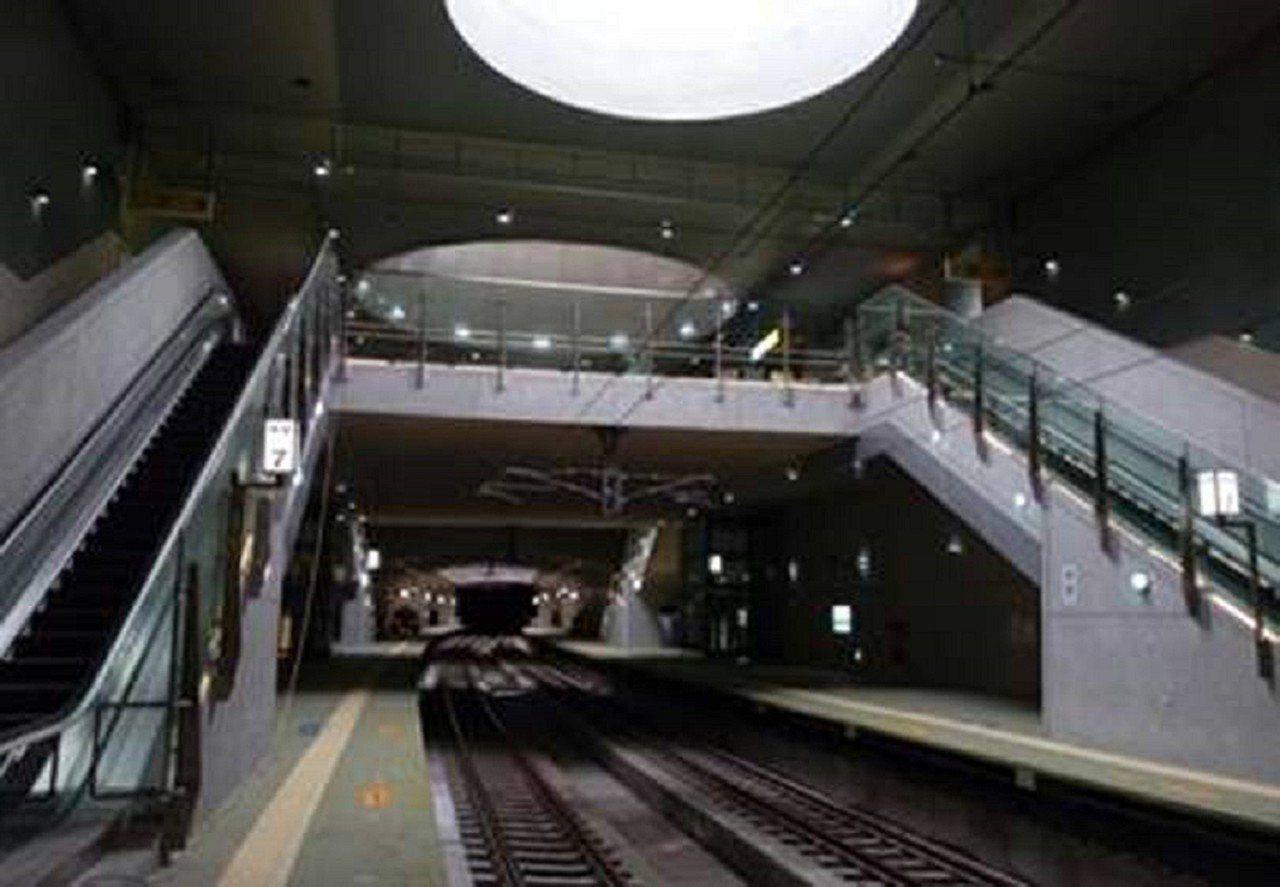 林榮新光站是花東線唯一的地下車站,共地下2層,並設置3部垂直電梯與3部感應式電扶...