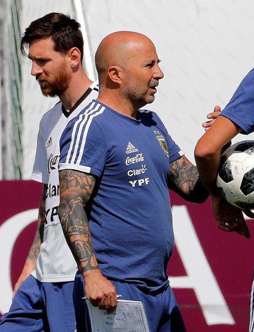 阿根廷晉級十六強之路艱困,主將梅西(左)與總教練森保利受到矚目。 (歐新社)