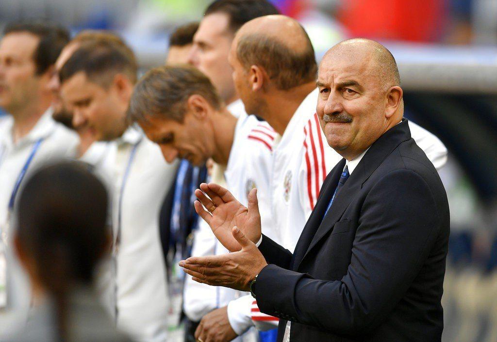 俄羅斯不敵烏拉圭,但教頭在賽後記者會竟然向媒體們討掌聲,理由是球隊闖進16強。 ...