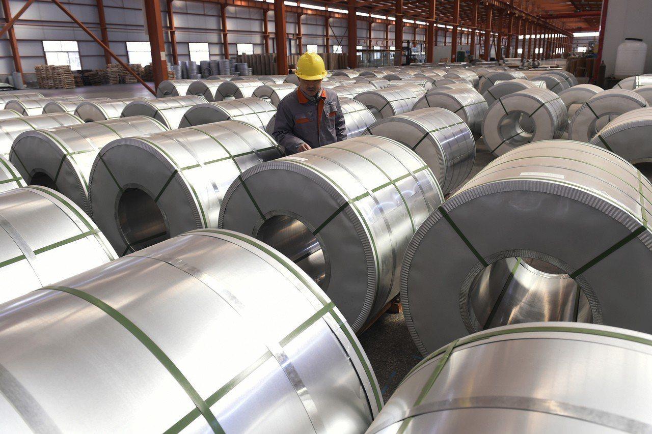 圖為大陸山東省鄒平縣一家鋁箔廠。美聯社