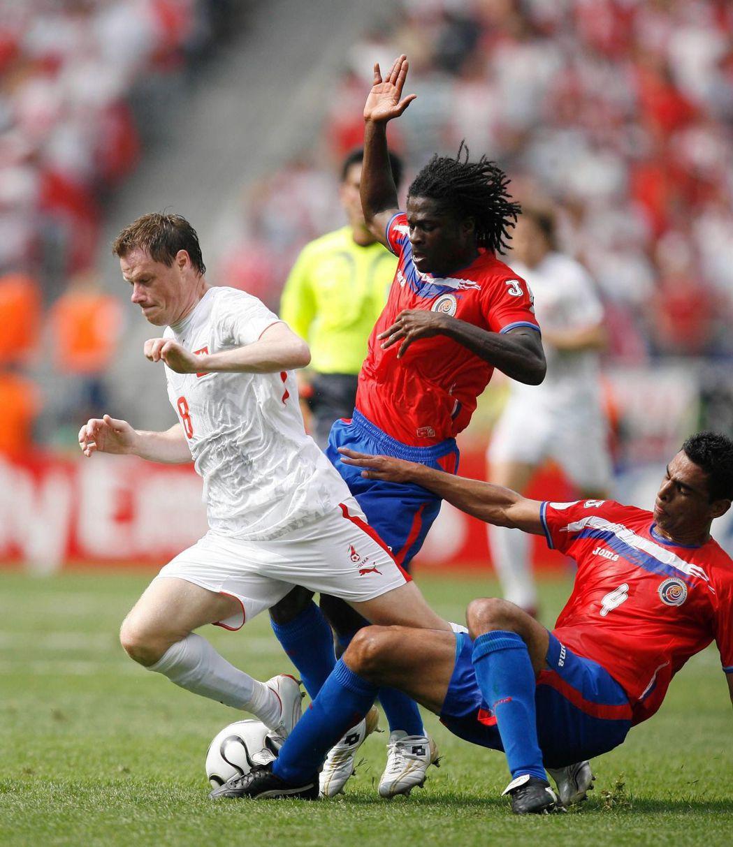 2006年,哥斯大黎加(紅上衣)出戰波蘭。 (新華社)