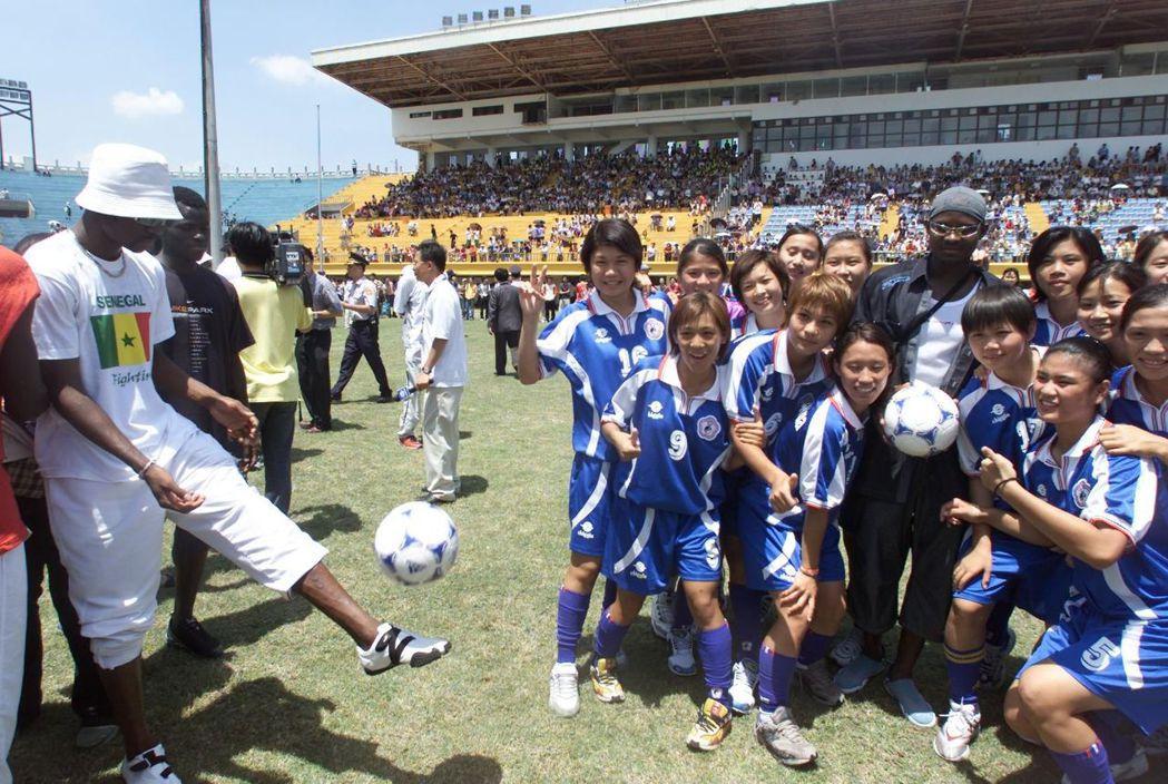 2002年賽內加爾球員來台,本來要舉行表演賽,最後只是亮相一下。 圖/聯合報系資...