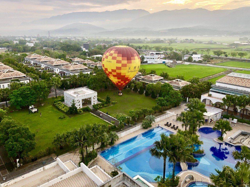 池上日暉為台灣最美的飯店,這次讓您走出房門,即可搭乘熱氣球起飛,直享尊榮禮遇,優...