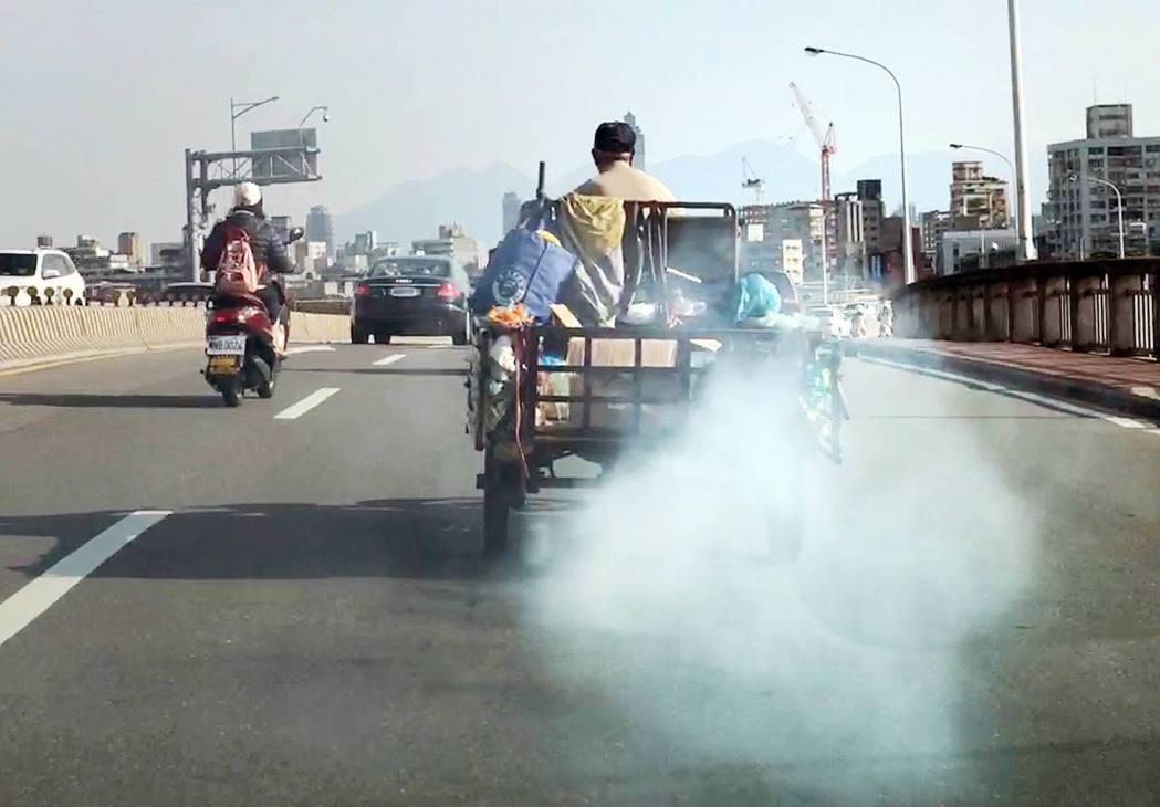 「空氣污染防制法」修正案8月3日正式上路,到底10年以上老車能否續存,是所有民眾...