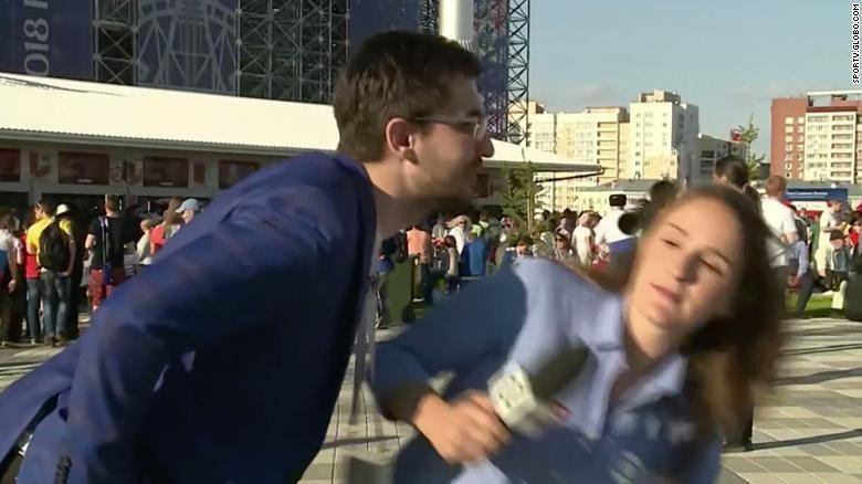一位巴西女記者在俄羅斯播報世足賽時,一名男子闖入並試圖強吻她。圖擷自CNN