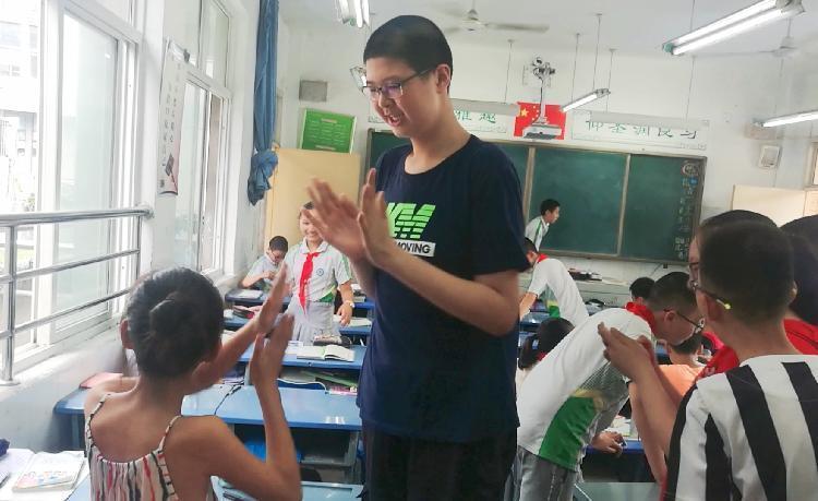 四川11歲的小宇才小學六年級,身高就已經達到206公分,在學校顯得鶴立雞群。取自...