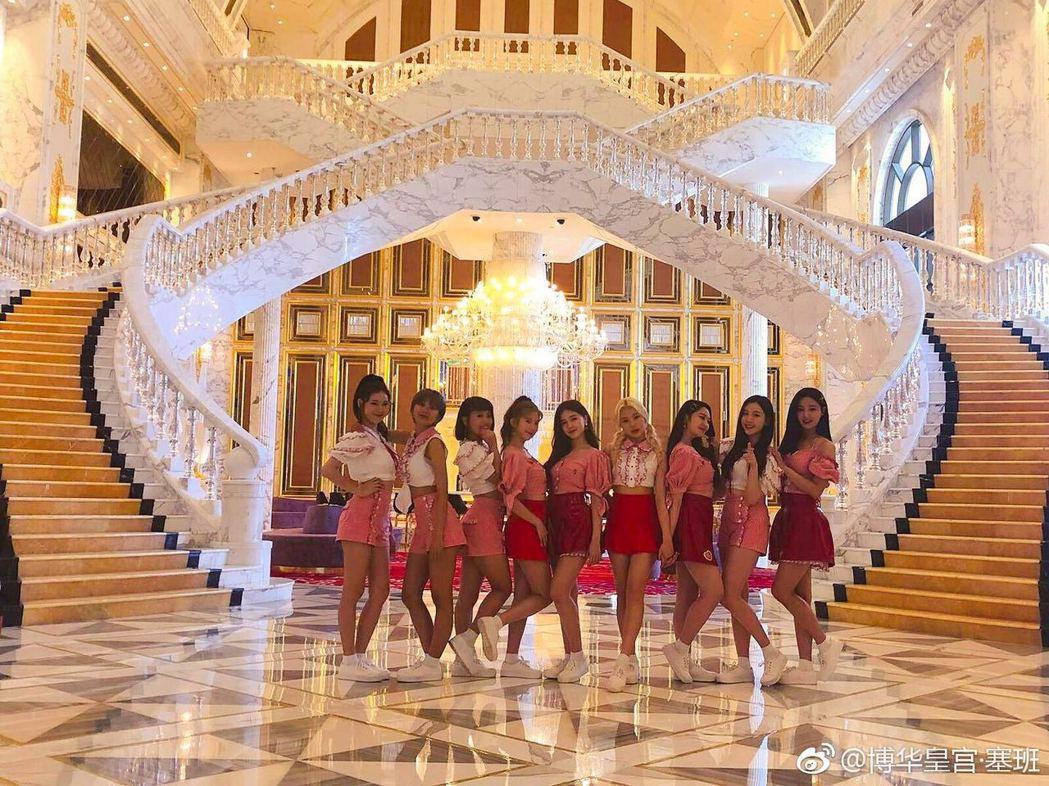 韓國女團 MOMOLAND 曾在「博華皇宮 • 塞班」飯店拍攝MV。圖/擷自微博