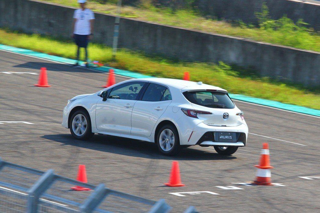 搭配16吋輪框的新Auris雖然是舒適取向,不過因為輪胎抓地力與轉向精準度不如大...
