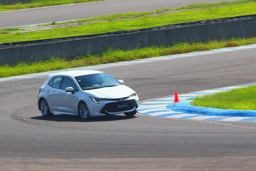 新Toyota Auris的底盤與懸吊系統,不僅給予相當出色的操控穩定性,同時方向盤的轉向精準度也完全別於過往Toyota車款。 記者張振群/攝影