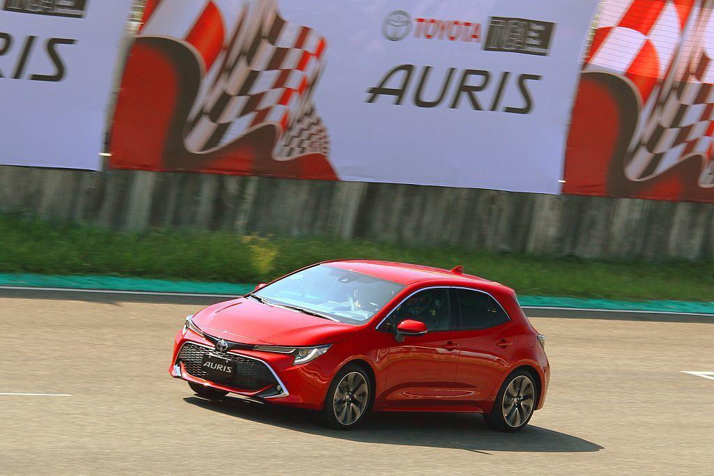 面對歐洲銷售競爭激烈的C-segment級距掀背車,今年日內瓦車展推出的新Toyota Auris,再以新底盤平台、動力與懸吊對手來應戰。 記者張振群/攝影