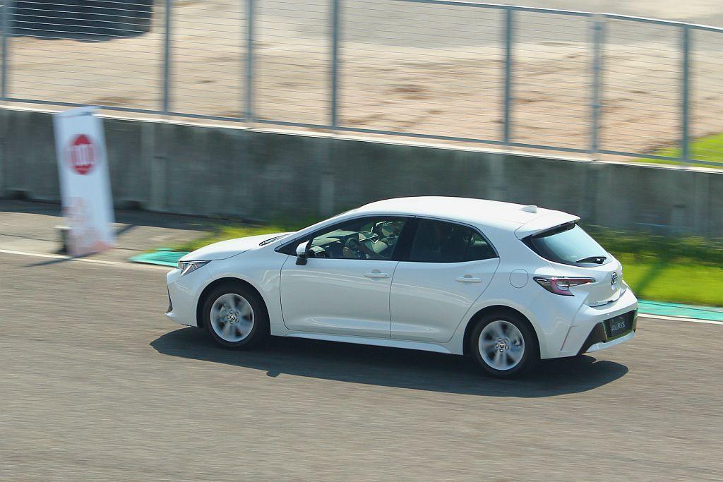 由於新Toyota Auris車重不到1.4噸,就算搭載自然進氣引擎仍展現預料外的輕快加速反應。 記者張振群/攝影
