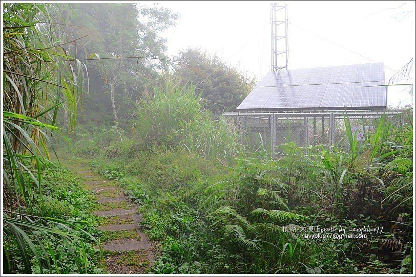 ↑接近山頂處的太陽能電訊站。