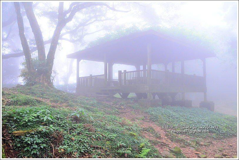 ↑左線往霹靂山叉路上的涼亭,幾乎被霧吞沒了。