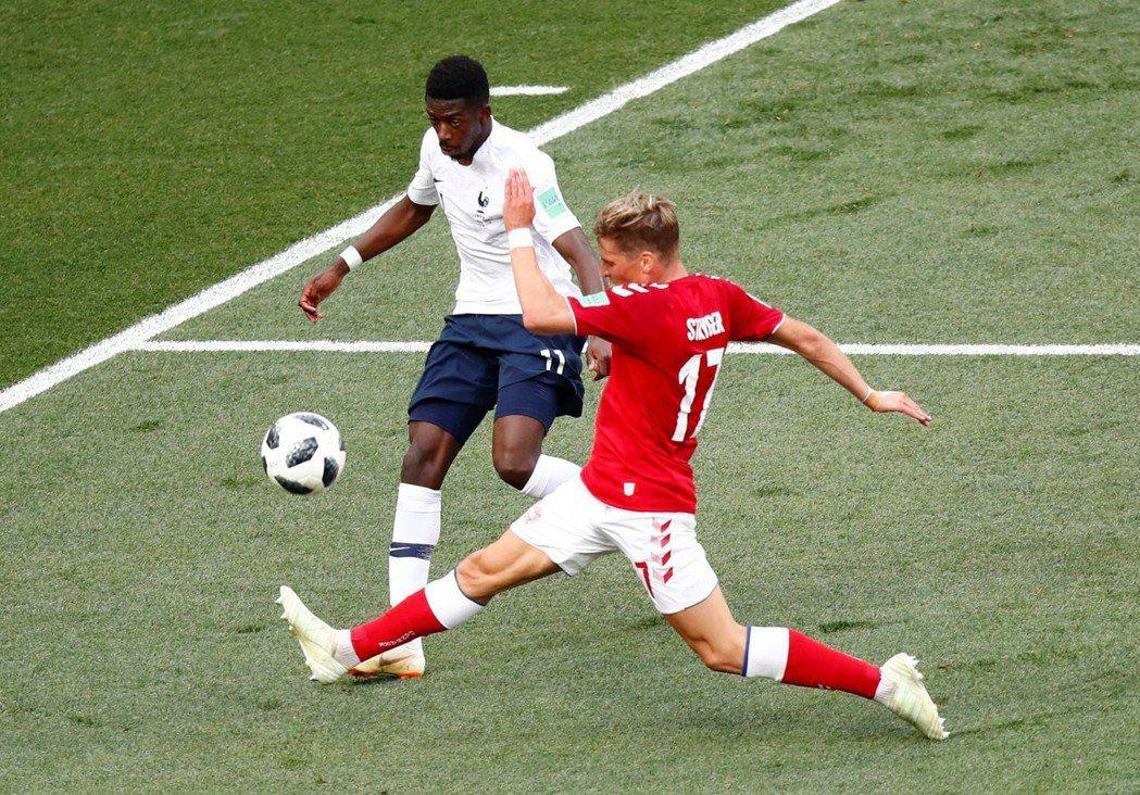 丹麥(紅)對法國力拚不敗。 路透