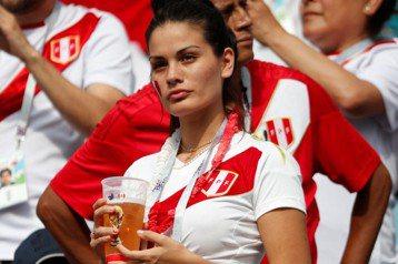 秘魯女神球迷加持 歡呼助陣球隊獲勝