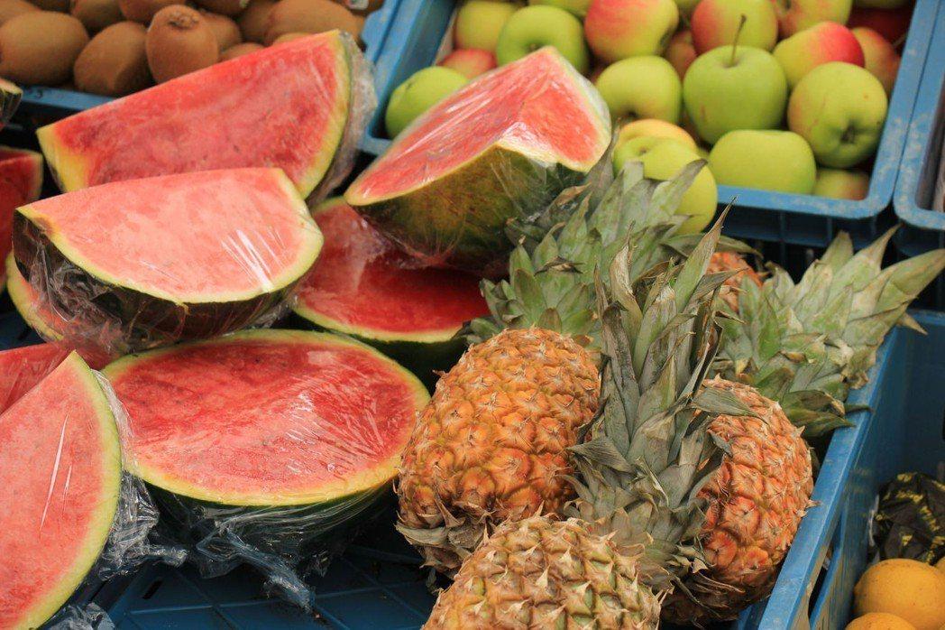 最好不要買已經切開的蔬果,應該選購一整顆的水果,例如香蕉、小番茄、小黃瓜、奇異果...