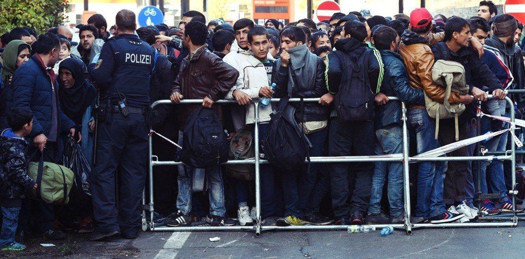 2015年夏季爆發難民潮,梅克爾的「邊界開放政策」就已讓她與錫霍佛之間產生嫌隙。...