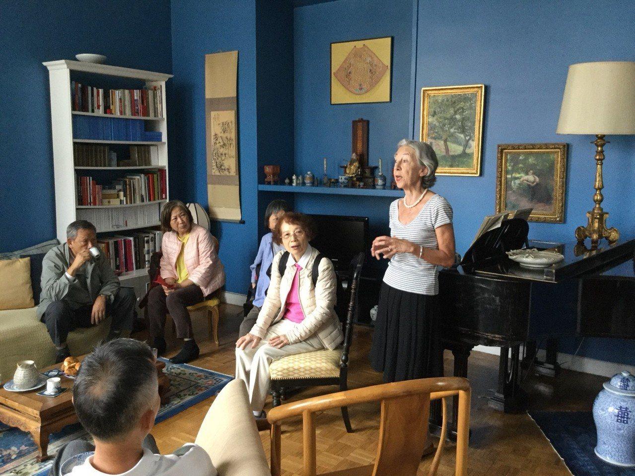 法國漢學家安博蘭在家中接待台灣來訪的旅人。有行旅提供