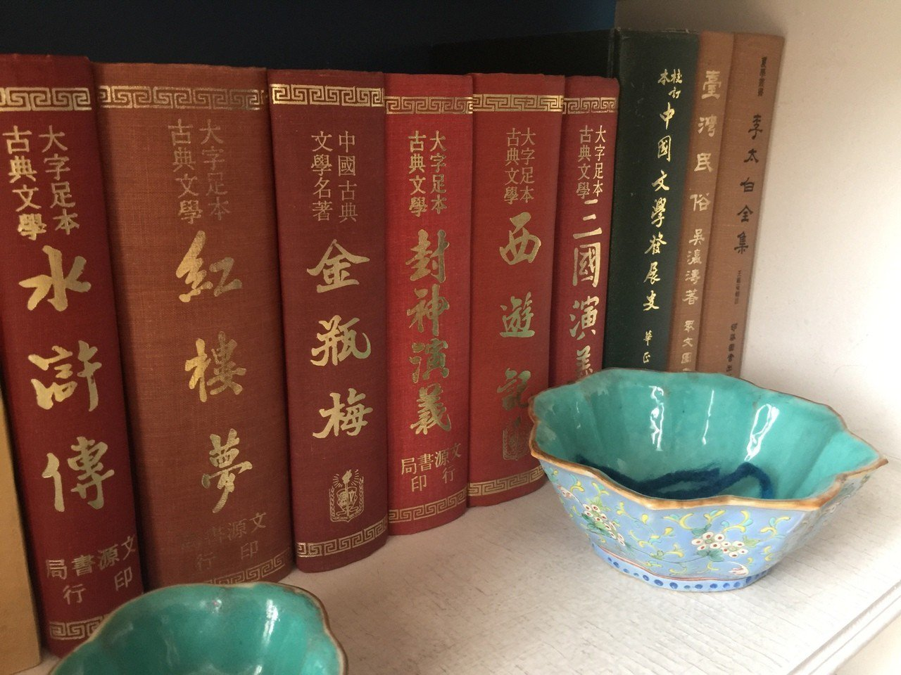 安博蘭書架上擺放不少中文經典文學名著。有行旅提供