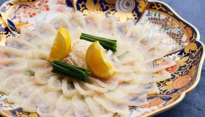 山田屋的河豚生魚片薄可透光。有行旅提供