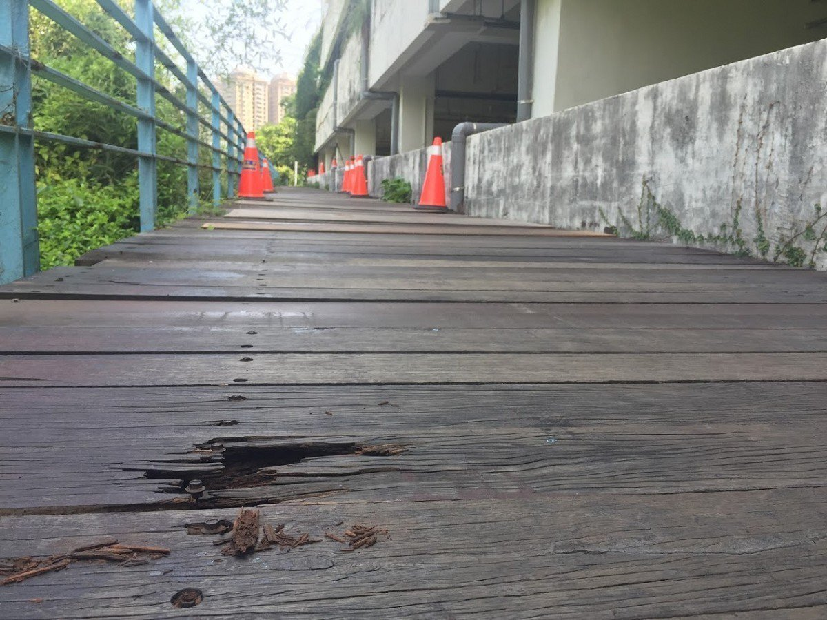 淡水紅樹林捷運站後方自行車道,因使用木棧道鋪設,不僅木板破損有裂縫,還有凸出的鐵...