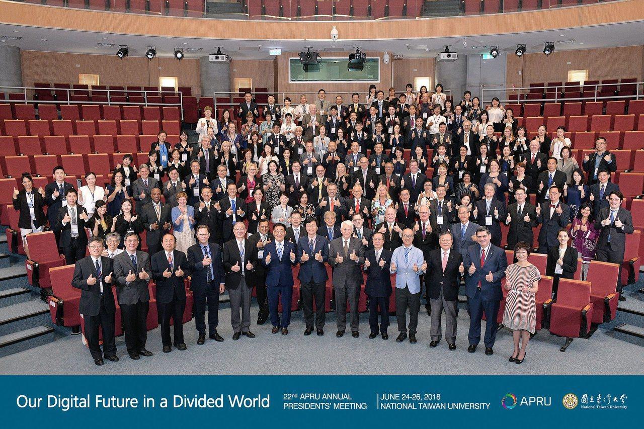 台灣大學今年主辦的「環太平洋大學協會校長會議」,有來自 14 國 40校,共 2...