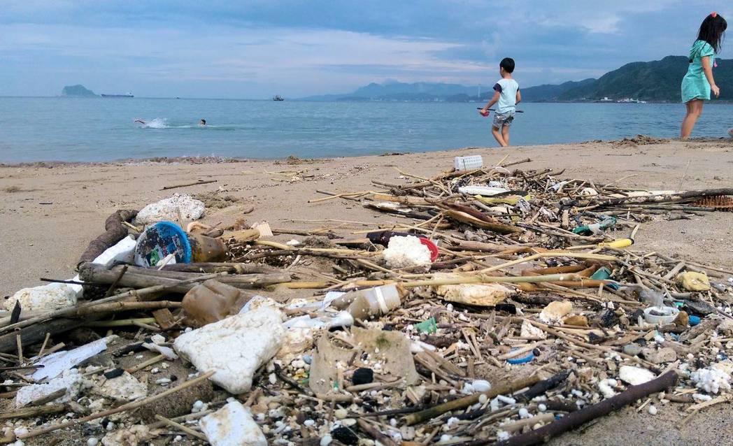環保團體自2013起,連續5年搜集淨灘結果,發現塑膠袋、塑膠吸管、免洗餐具和外帶...