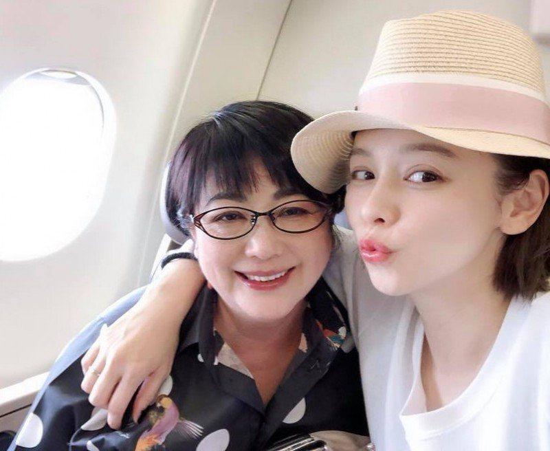 徐若瑄與媽媽合照。圖/摘自臉書