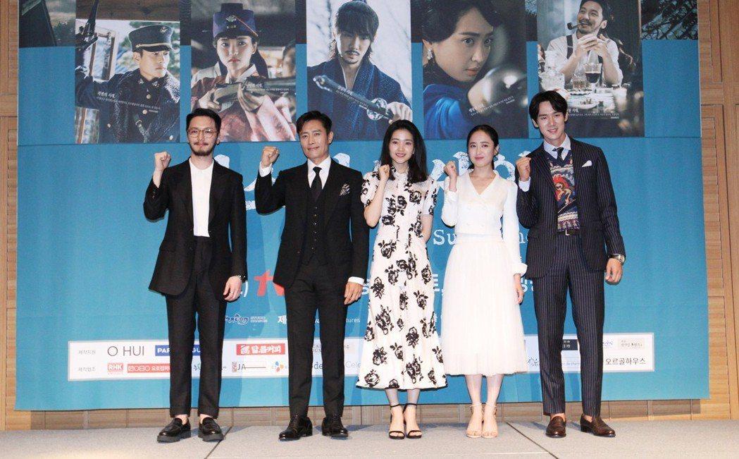 所有演員祝福「陽光先生」播出成功。圖/韓國觀光公社提供