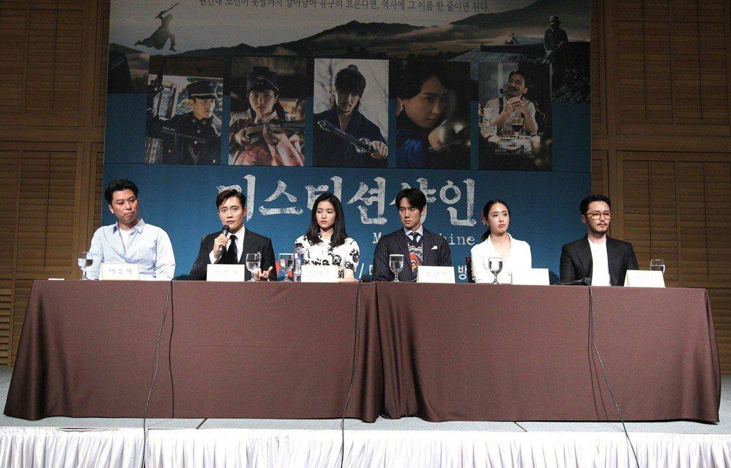 導演李應福(左起)、李炳憲、金泰梨、柳演錫、金玟廷、卞約漢接受媒體提問。圖/韓國...