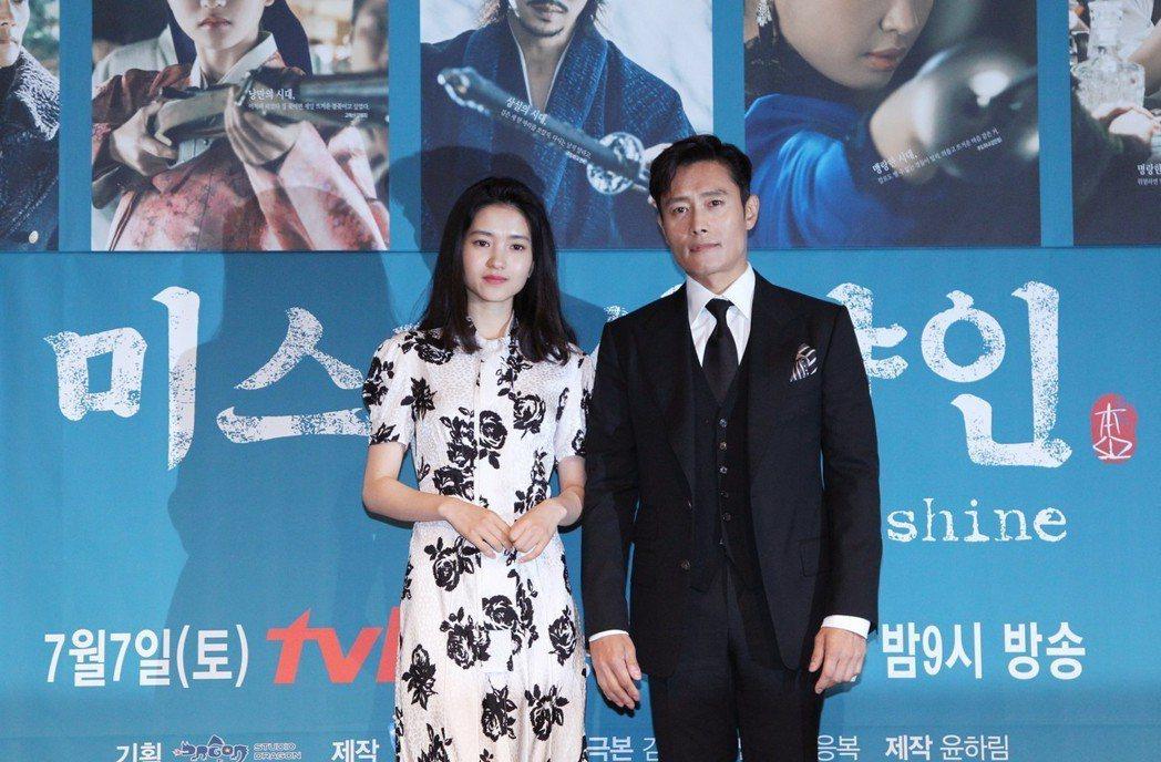 李炳憲和金泰梨在記者會上相敬如賓。圖/韓國觀光公社提供
