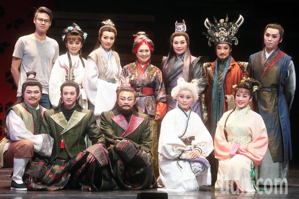 由導演吳定謙(後左一)與唐美雲歌仔戲團合作的新戲《孟婆客棧》,六月底要在台北市藝...