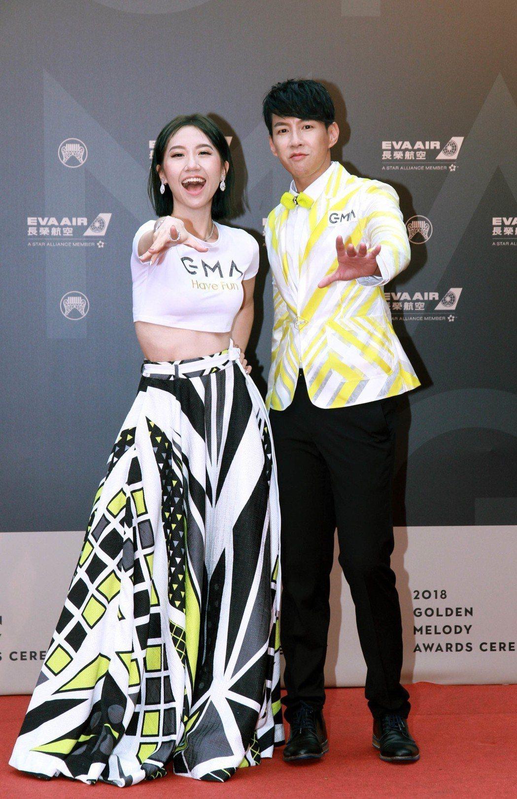 Lulu(左)和Dennis所穿的禮服別具巧思。圖/台視提供