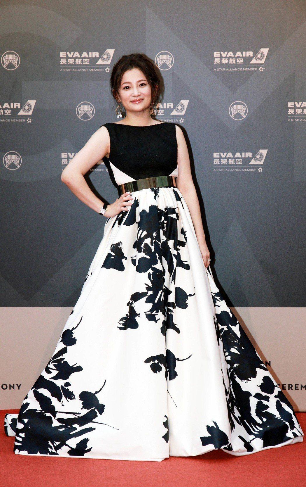 入圍台語女歌手的張涵雅身上穿的禮服是台灣設計師量身訂做。圖/台視提供