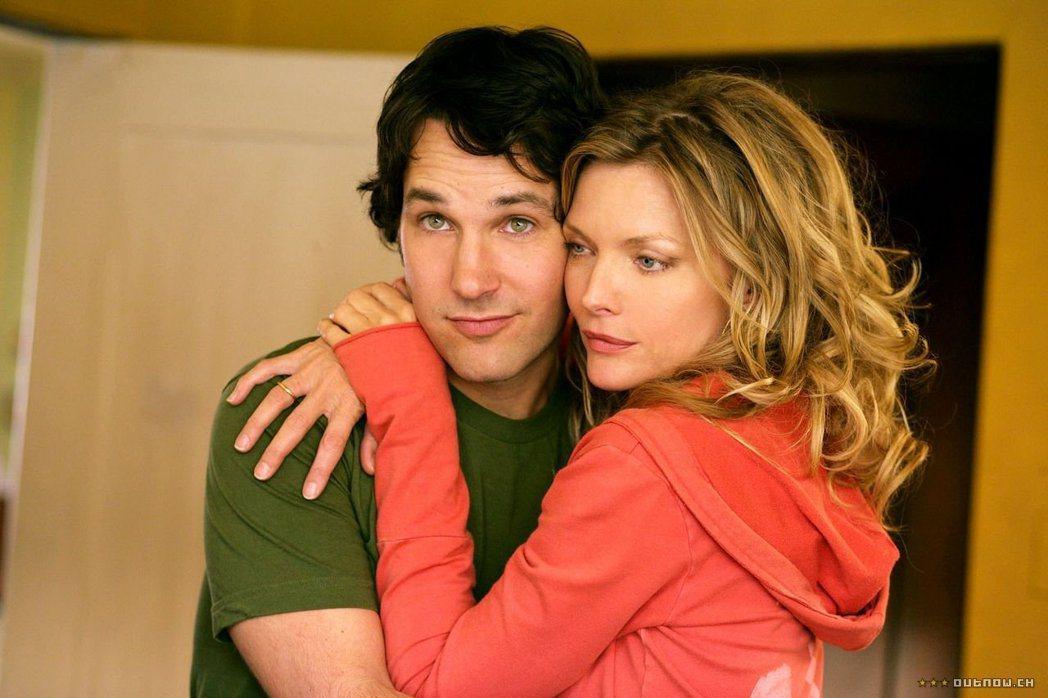 蜜雪兒菲佛和保羅洛德在「情不自禁愛上你」大談銀幕姊弟戀。圖/摘自imdb