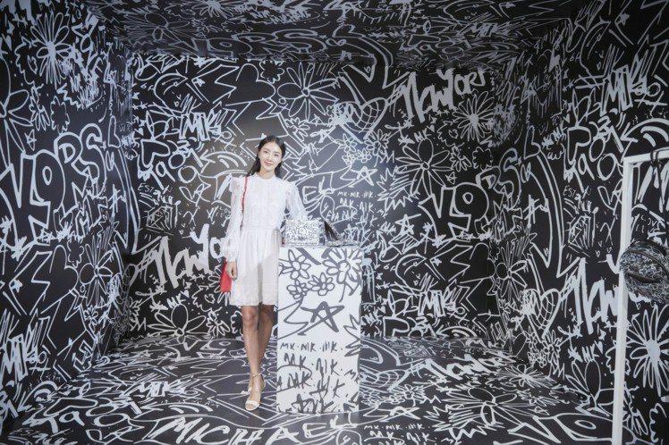 時尚媽咪吳速玲出席品牌亞太區秋季發表會時,率先搶看Graffiti系列。圖/MI...