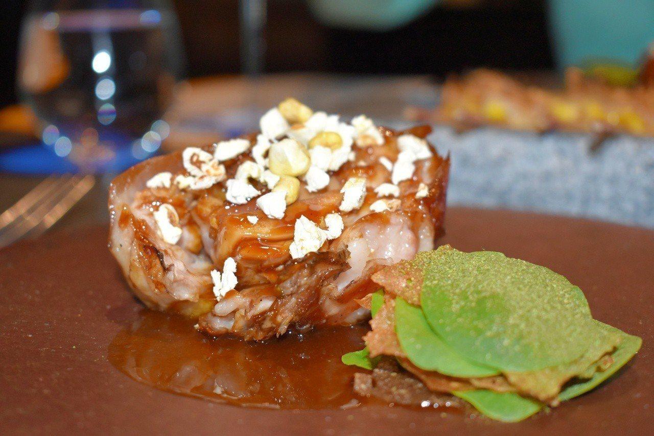 使用屏東乳豬做成的主菜「吃了玉米的豬」。記者魏妤庭/攝影