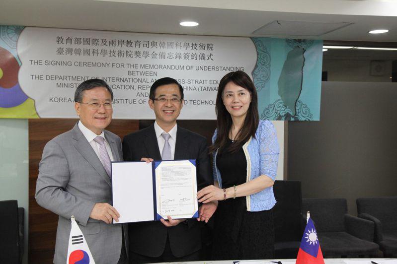 教育部姚立德代理部長(中)見證韓國科學技術院申成澈校長(左)與我完成簽署「臺灣韓國科學技術院獎學金備忘錄」。圖/教育部提供