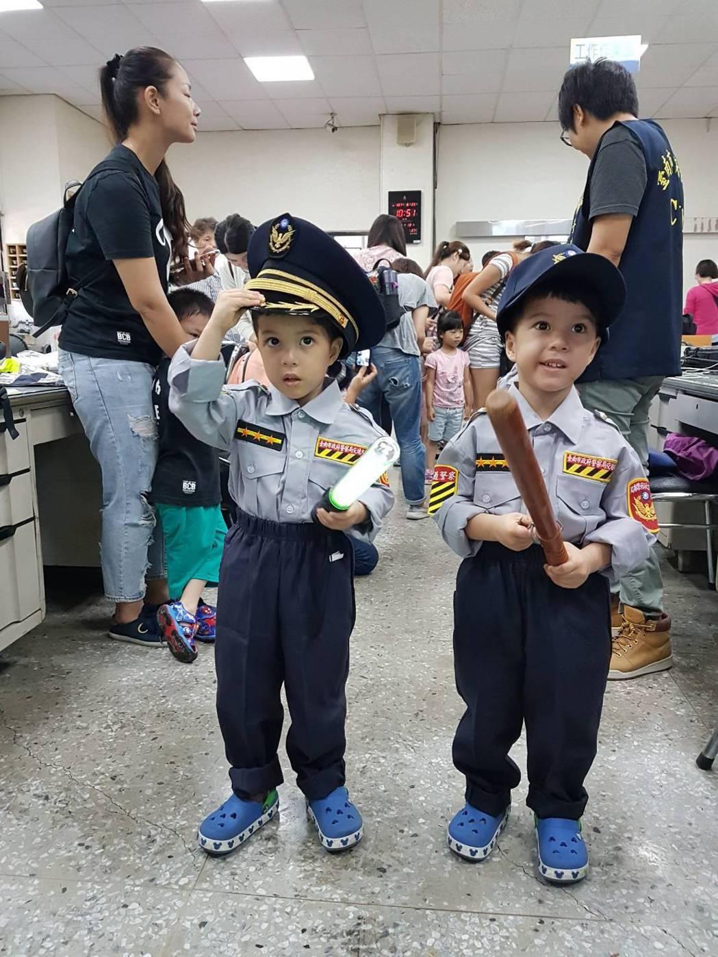 親子團體參訪警局 大玩Cosplay 小警察模樣超可愛