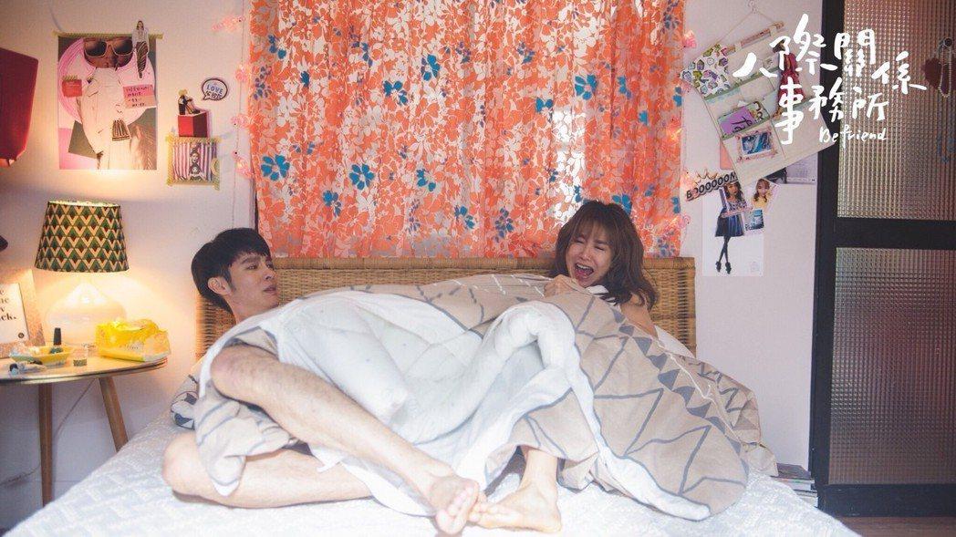 郭書瑤(右)與曹佑寧上演床戲。圖/歐銻銻娛樂提供