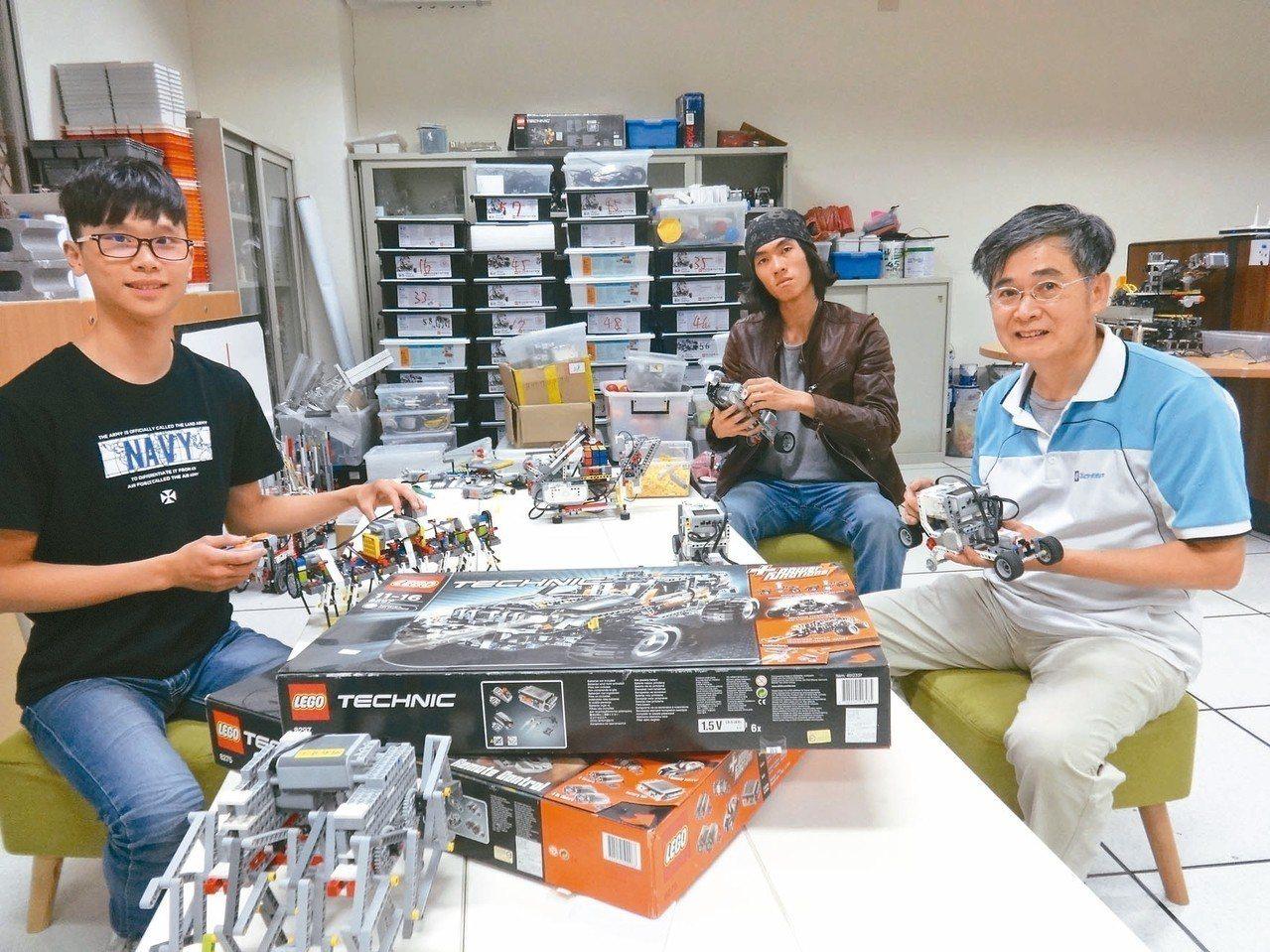 明新科大資工系副教授蘇東興(右),在系上打造樂高創客空間,讓學生研究機械人與程式...