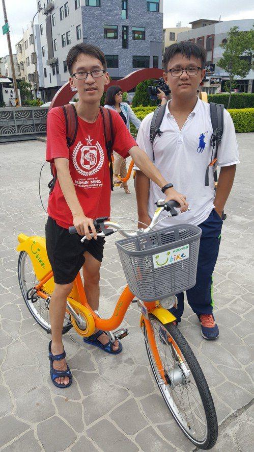 年輕車迷古孟凡(左)、伍台右從新竹帶著當地租的YouBike,搭火車到苗栗參加啟...