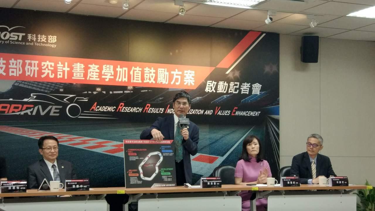科技部部長陳良基(左二)今天公布「研究計畫產學加值鼓勵方案」。 記者林良齊/攝影
