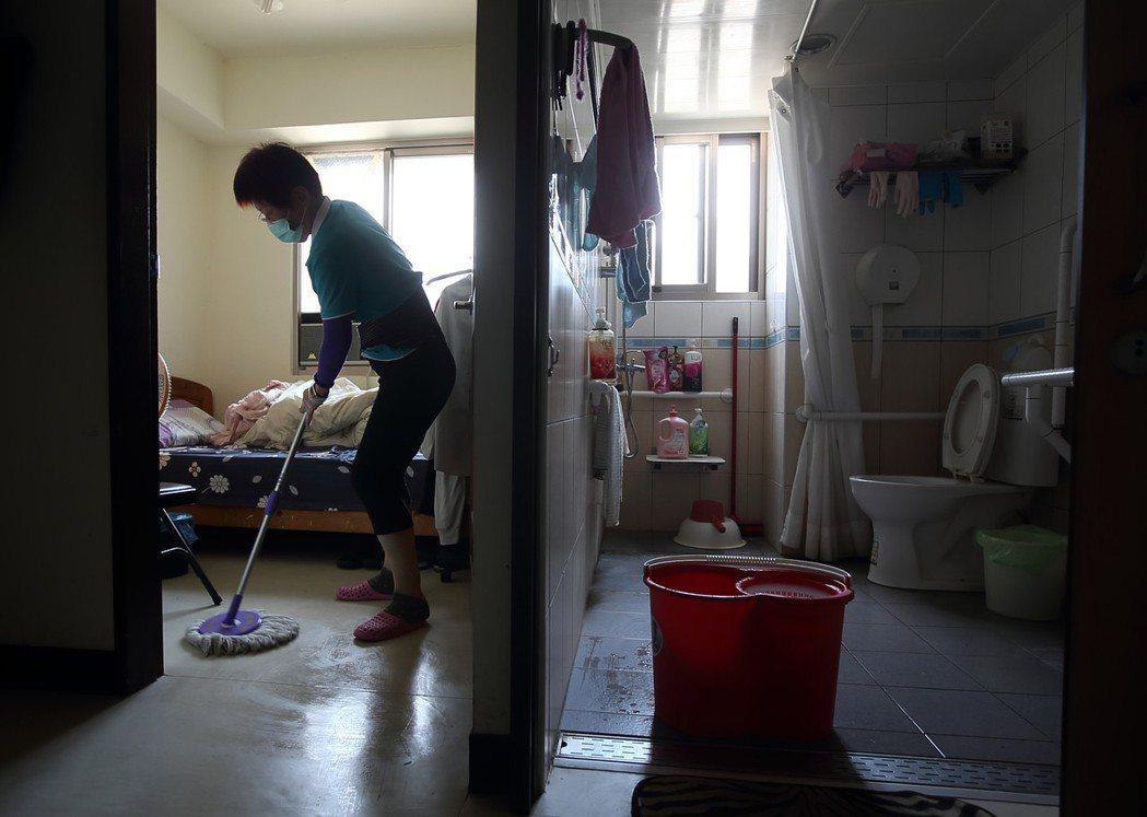 照護員前往申請案主居處,協助打掃。圖為示意圖。圖/聯合報系資料照片